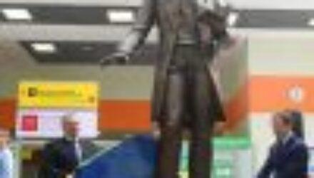 В аэропорту имени Пушкина открыли памятник Пушкину. Чтоб не путались